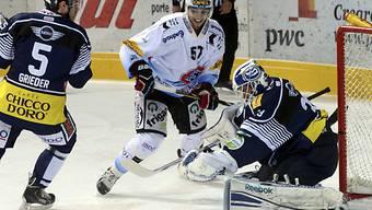Ambri-Goalie Zurkirchen wehrt einen Angriff von Adam Hasani ab.