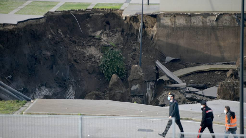 Krankenhaus-Parkplatz in Neapel eingestürzt - Suche nach Verletzten