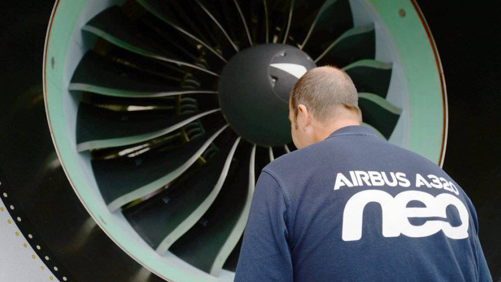 Ein Airbus-Techniker inspiziert eine Turbine des Typs A320neo. (Archiv)