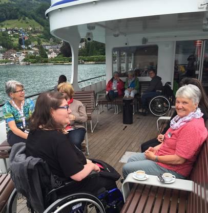 """Auf der """"MS Schwyz"""" wird die Reisegruppe mit Speis, Trank und Panorama verwöhnt."""