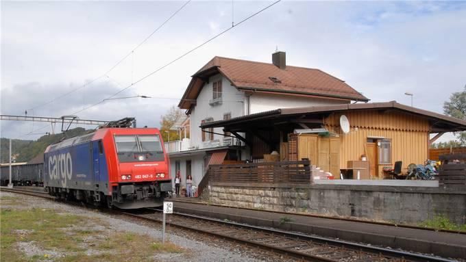 Auf der Strecke Laufenburg–Koblenz, wie hier am Bahnhof Felsenau, verkehren zurzeit nur Güterzüge. (Archiv)
