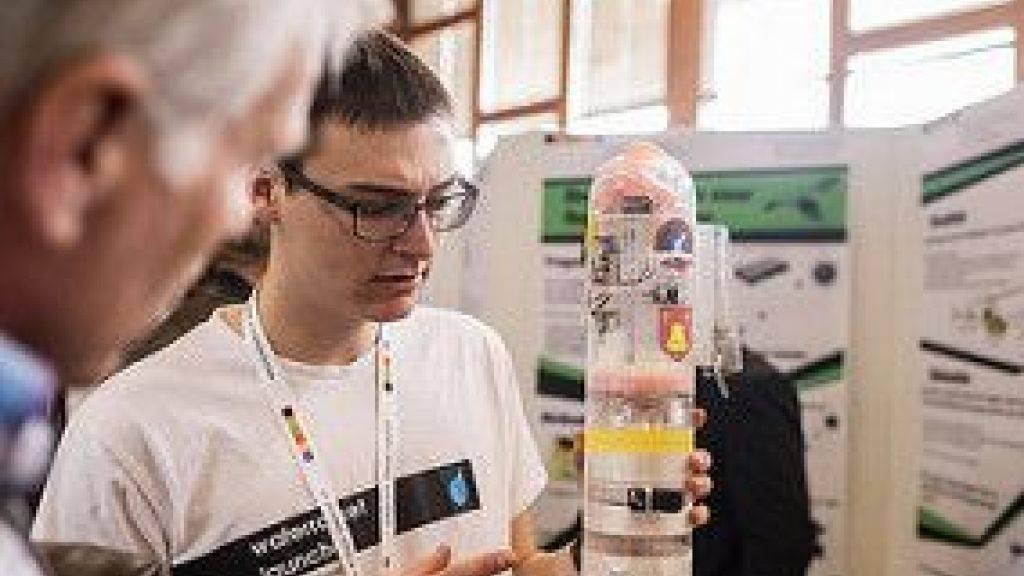 Jungforscher Joram Liebeskind erklärt seine Startrampe für Wasserraketen.
