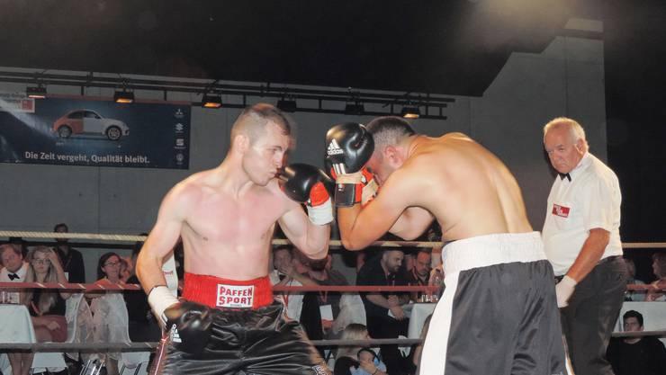 Egzon Maliqaj (links) von der Boxschule Gebenstorf beschäftigte den Georgier Bacho Kvaratskhelia fast pausenlos.