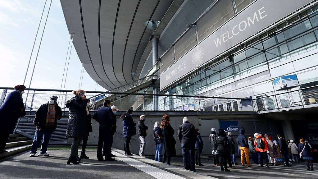 Riesiges Impfzentrum öffnet im Stade de France bei Paris