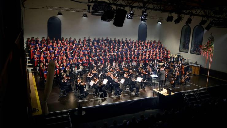 Allein schon die Masse ist Spektakel: der Classic Festival Chor und die Kammerphilharmonie Europa unter Leitung von Markus Oberholzer. Hansjörg Sahli