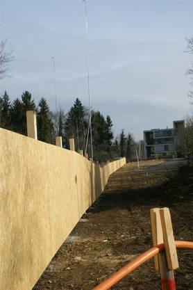 Ein massiver Bauzaun aus Spanplatten sichert das Areal.