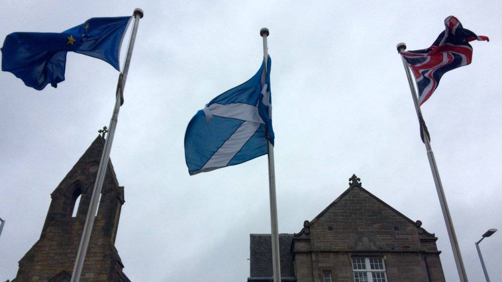 Die Flaggen der EU, Schottlands und Grossbritanniens wehen vor dem schottischen Parlament: Nach dem Brexit-Votum nimmt die Unabhängigkeitsbewegung in Schottland wieder Fahrt auf. (Archivbild)