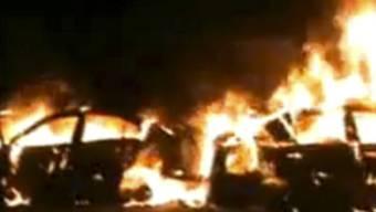 Bei weiteren Kämpfen in Syrien brennen Autos auf der Strasse