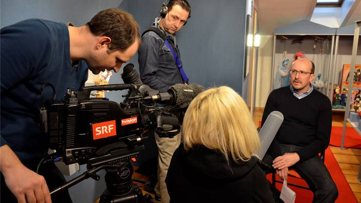 Das Kamerateam des Schweizer Fernsehens interviewt Museumsleiter Daniel Kaysel.