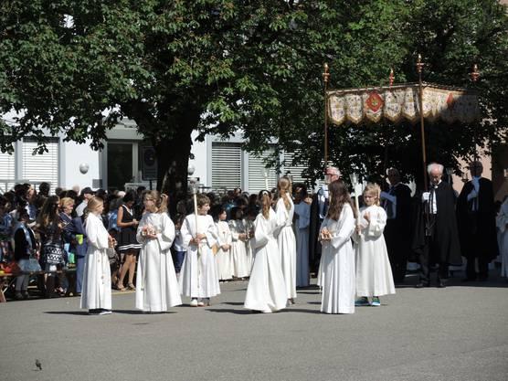 Die Ministranten nehmen ihre Position für anschliessende Prozession ein