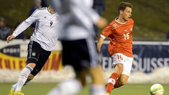 Der Schweizer Olivier Jaeckle, rechts, beim U-21 Fussball Laenderspiel der Schweiz gegen Deutschland.