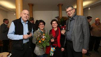 Apéro im az-Büro Lenzburg: Fritz Thut und Ruth Steiner von der az-Redaktion mit Vizeammann Fränzi Möhl und Stadtammann Daniel Mosimann.