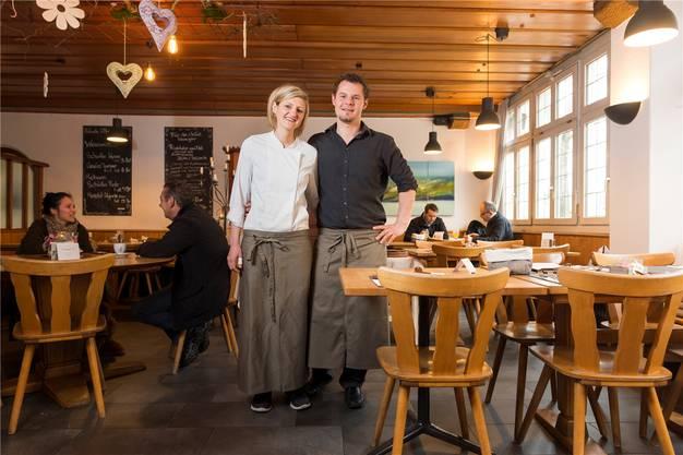 Villigen, 10. April: Die Gastgeber Nadja Schuler und Stephane Wirth können das Gault-Millau-Restaurant Hirschen in Villigen kaufen und weiterführen. Damit findet die Zeit der Unklarheit ein Ende.