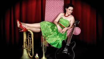 Frölein Da Capo im typischen Petticoat inmitten ihrer Instrumente und «Choreograf» Erwin.