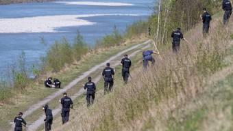 Polizei bei der Suche nach dem Flüchtigen am Rheinufer im April