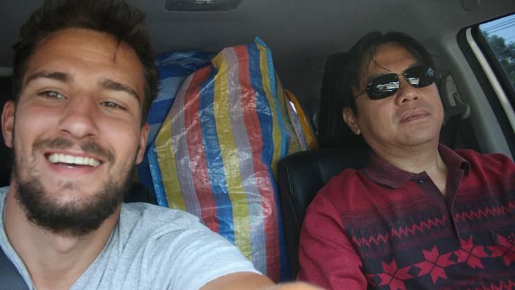 Von Thalang nach Lak Sao: Nach der Nacht im Zelt nimmt mich wiederum das erste Fahrzeug mit. Sit ist Unternehmer und besitzt eine Goldmine.
