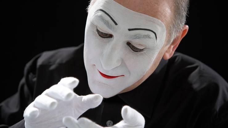 Weisses Gesicht, weisse Handschue: Der Pantomime aus Barcelona
