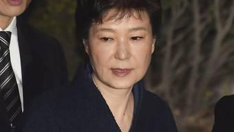 ARCHIV - Die frühere Präsidentin von Südkorea, Park Geun Hye, verlässt nach einer Anhörung das Bezirksgericht. (zu dpa «Südkoreas Ex-Präsidentin Park zu 20 Jahren Haft verurteilt») Foto: Song Kyung-Seok/Pool/Pi/Prensa Internacional via ZUMA/dpa