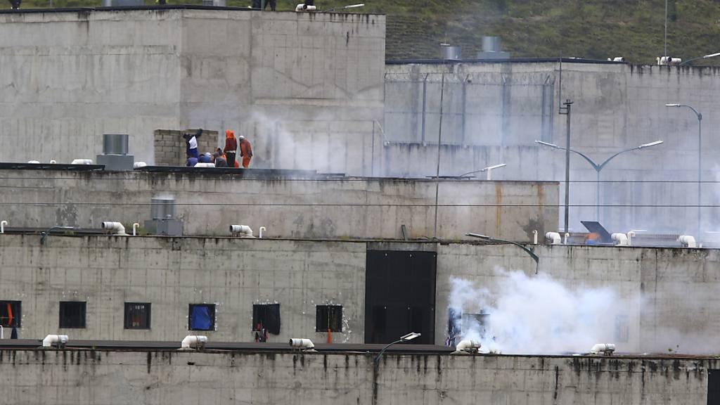 Tränengas steigt aus Teilen eines Gefängnisses in der Stadt Cuenca auf, in dem ein Häftlingsaufstand ausbrach. Bei mehreren Gefangenenmeutereien in Ecuador sind Dutzende Menschen ums Leben gekommen. Foto: Marcelo Suquilanda/AP/dpa