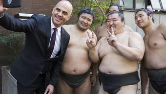 Neben dem Gesundheitsgipfel besuchte Bundespräsident Alain Berset auch eine Sumo-Ringer-Schule in Tokio.