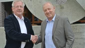 Claude Barbey (links) gratuliert seinem Nachfolger Peter Brotschi zur Wahl.