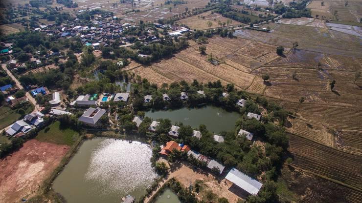 Im Vordergrund des Dorfs Na Phaeng ist «Lanee's Residenz» mit den 13 Bungalows, dem Hotel und dem künstlichen See in der Mitte der Anlage zu sehen.