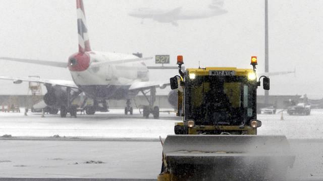 Ein Schneepflug befreit Teile des Londoner Flughafens Heathrow von der weissen Pracht