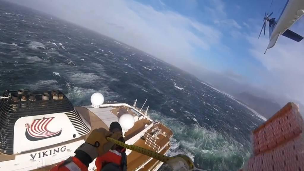 """Waghalsiger Rettungseinsatz auf der """"Viking Sky"""""""