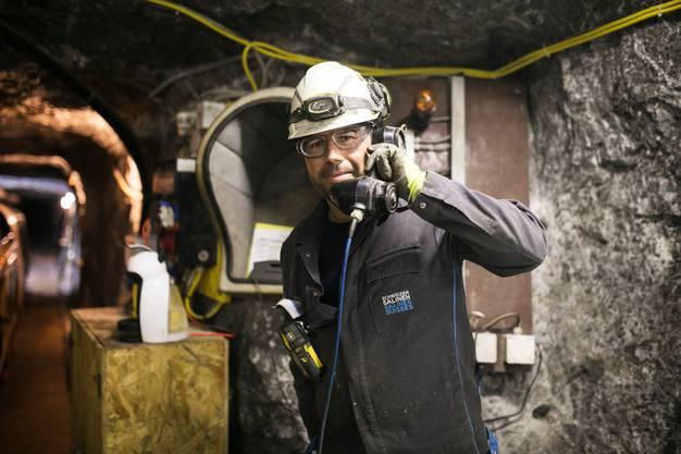 Minenarbeiter Carrasco am alten Grubentelefon.