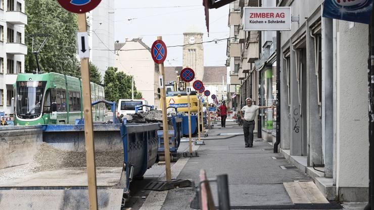 Franco Bonarrigo befürchtet, dass der permanente Lärm und die fehlenden Parkplätze vor seinem Coiffeurladen dem Geschäft langfristig schaden werden.