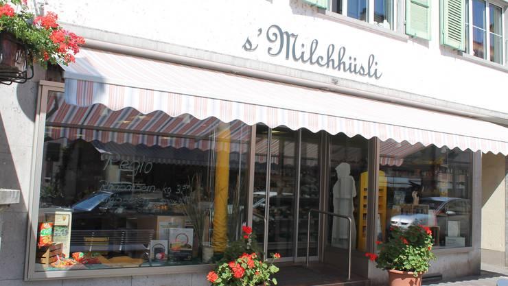 Über mangelnde Konkurrenz kann sich das in der Altstadt gelegene Milchhüsli nicht beschweren. In Laufen sind die beiden Schweizer Detailriesen mit Filialen vertreten. Die Einwohner des Städtchens können ausserdem in mehreren kleineren Läden einkaufen, die Produkte für den täglichen Gebrauch anbieten. In diesem Umfeld ist es unerlässlich, sich zu spezialisieren. Zwar finden sich in den Regalen auch zahlreiche Markenprodukte, mit denen aber nur die wenigsten anlockt werden. «Die meisten Kunden kommen zu uns wegen der Nischenprodukte aus der Region, die wir hier verkaufen», erklärt Ruth Niklaus, die gemeinsam mit ihrem Mann Jürg das Geschäft seit bald zwanzig Jahren führt. Damals pachteten die beiden den Laden von der Milchgenossenschaft Laufen, die das Milchhüsli 1961 am jetzigen Standort gebaut hatte. Dem Ehepaar ist es gelungen, das zu Beginn unrentable Geschäft wieder auf Kurs zu bringen. Man konnte sich in Laufen behaupten, weil man nach und nach immer mehr regionale Lebensmittel in das Sortiment aufnahm. Höhepunkt der Entwicklung war die Eröffnung des Regio-Chällers, in dem ausschliesslich Produkte aus dem Laufental und dem Schwarzbubenland erhältlich sind. Dafür arbeitet man mit lokalen Produzenten zusammen, die unter anderem Teigwaren, Wein und Gebäck herstellen. Im Erdgeschoss dominieren Milchprodukte sowie frisches Gemüse und Früchte das Sortiment. «Am besten verkauft sich Käse aus der Region und das auf unserem Hof zwischen Breitenbach und Laufen gebackene Bauernbrot.» Die Stammkunden, viele davon sind ältere Menschen und Mütter mit Kindern, würden die exklusiven Produkte schätzen. Sie kommen auch wegen der gemütlichen Atmosphäre im Laden immer wieder. Der Gewinn hält sich in Grenzen. Sie seien aber nicht darauf angewiesen, sagt Pensionärin Ruth Niklaus. «Dadurch sind uns die Hände nicht gebunden, und wir sind frei in der Wahl der Lieferanten.» (hof)
