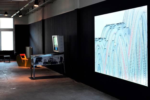 Die Projektion rechts stammt von Evan Roth. Der Flipperkasten kommt von Andreas Ullrich und C. Rockefeller.