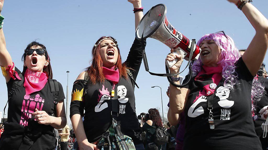 Lautstarker Protest: Rund 20'000 Personen gingen am Samstag in Verona gegen den von Evangelikalen organisierten Weltkongress der Familien auf die Strasse.