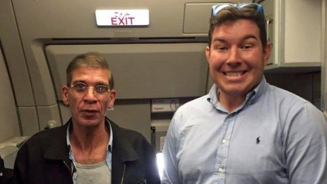 Passagier Ben Innes (rechts) posiert mit dem Flugzeugentführer.