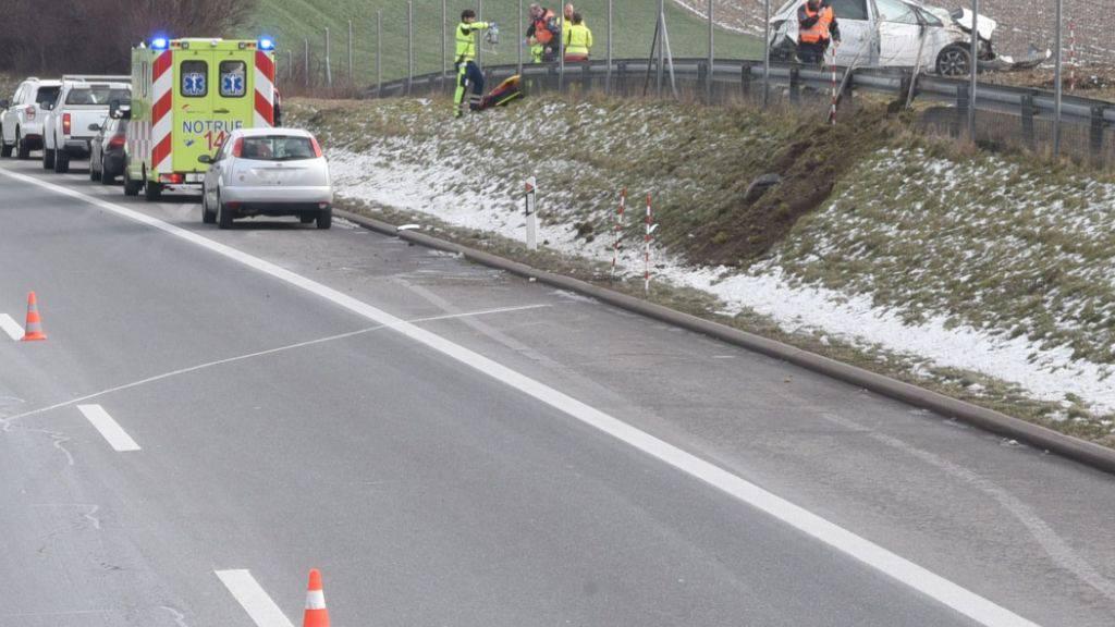Neben der Strasse gelandet ist auf der Autobahn A2 in Dagmersellen LU eine Frau nach einer Kollision mit einem Lieferwagen.