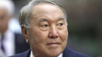 """Auch nach seinem Rücktritt wird Nasarbajew einen Teil seiner bisherigen Machtfülle behalten. Das liegt teilweise an seiner in der Verfassung festgeschriebenen Position als """"Führer der Nation""""."""