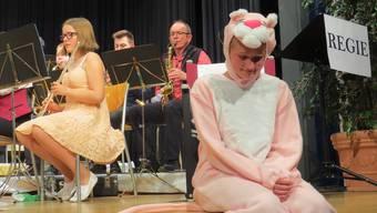 Der rosarote Panther schwelgt in seiner filmeigenen Saxofonmelodie.
