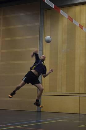 Angriff des TSVD Chäswiler - dem Sieger in der Faustball-Hallenmeisterschaft Kategorie A.