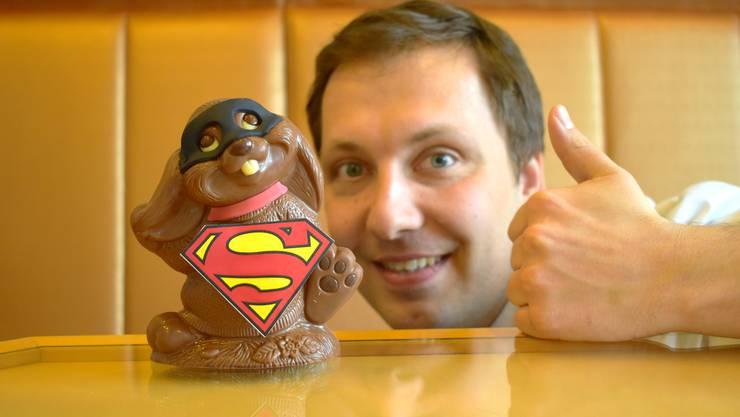 Gregor Maier präsentiert den Superman-Hasen. Die Kreation gefällt den Leserinnen und Lesern der AZ.