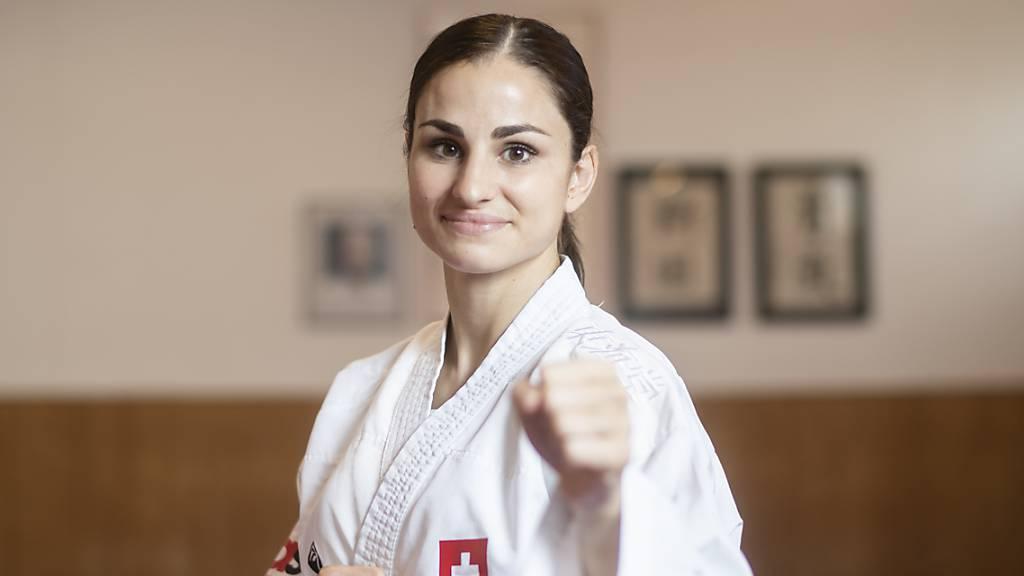 Elena Quirici trägt die Schweizer Fahne
