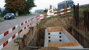 Verwaiste Baustelle In den Gräben für die neue Starkstromleitung gingen die Arbeiten bei schönstem Wetter flott voran – bis ein Baustopp verfügt wurde. (Ach)