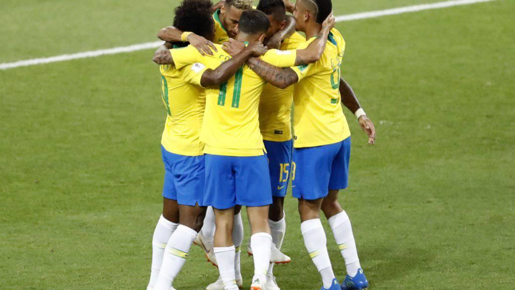 Brasilien feiert das 1:0 von Paulinho