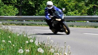 Eine bedingte Freiheitsstrafe von einem Jahr so wie 2500 Franken Busse für einen 50-jährigen Motorradfahrer. (Symbolbild)
