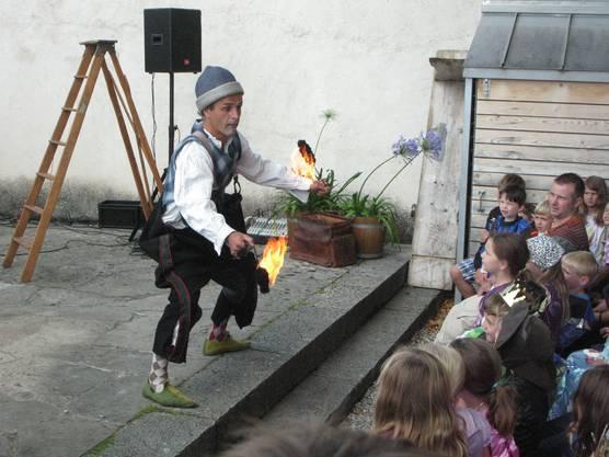Der Gaukler Pompo jongliert Feuerbälle
