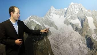 Der Bergsteiger Matthias Taugwalder vor einem Alpenpanorama wie es im Gletschergarten Luzern zu sehen ist