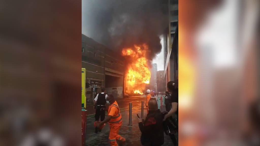 Feuer an Bahnhof im Süden von London
