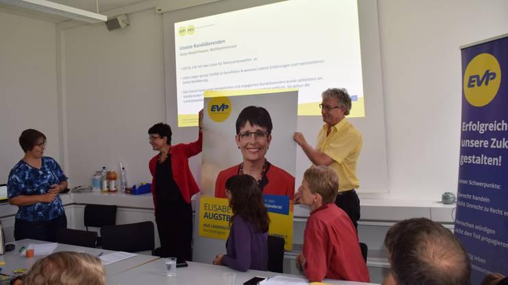 Einige wenige Plakate gibts dann doch: Elisabeth Augstburger, Spitzenkandidatin der EVP, und Nationalratskandidat Daniel Kaderli halten eines der druckfrischen Fabrikate hoch an der Medienkonferenz der Partei zu den eidgenössischen Wahlen.