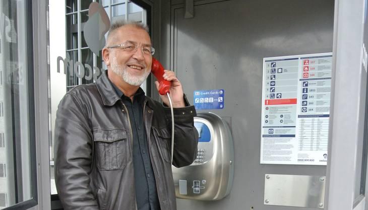Arnold Steinmann aus Schöftland weiss gar nicht mehr, wann er zuletzt eine Telefonkabine benutzt hat.