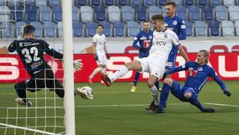 Lausannes Rafik Zekhnini schiebt vor Luzern-Goalie Marius Müller zum siegbringenden 2:1 ein.