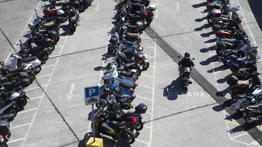 Ab nächstem Jahr drohen Töff- und E-Bike-Fahrern Parkgebühren